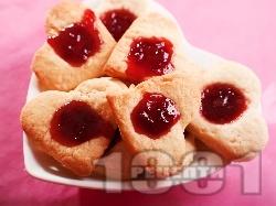 Романтични масленки с масло за Свети Валентин със сладко от ягоди - снимка на рецептата